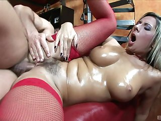 Busty wife Daria Glower drops on her knees to helter-skelter head to her defy