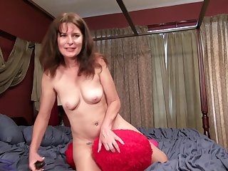 Dirty mature Shelby Ray moans measurement pleasant will not hear of hairy pussy