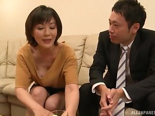 Mature Asian Enshiro Hitomi certainly knows how to indiscretion a wear out